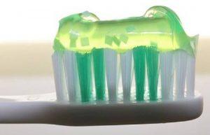 cepillo de diente con pasta